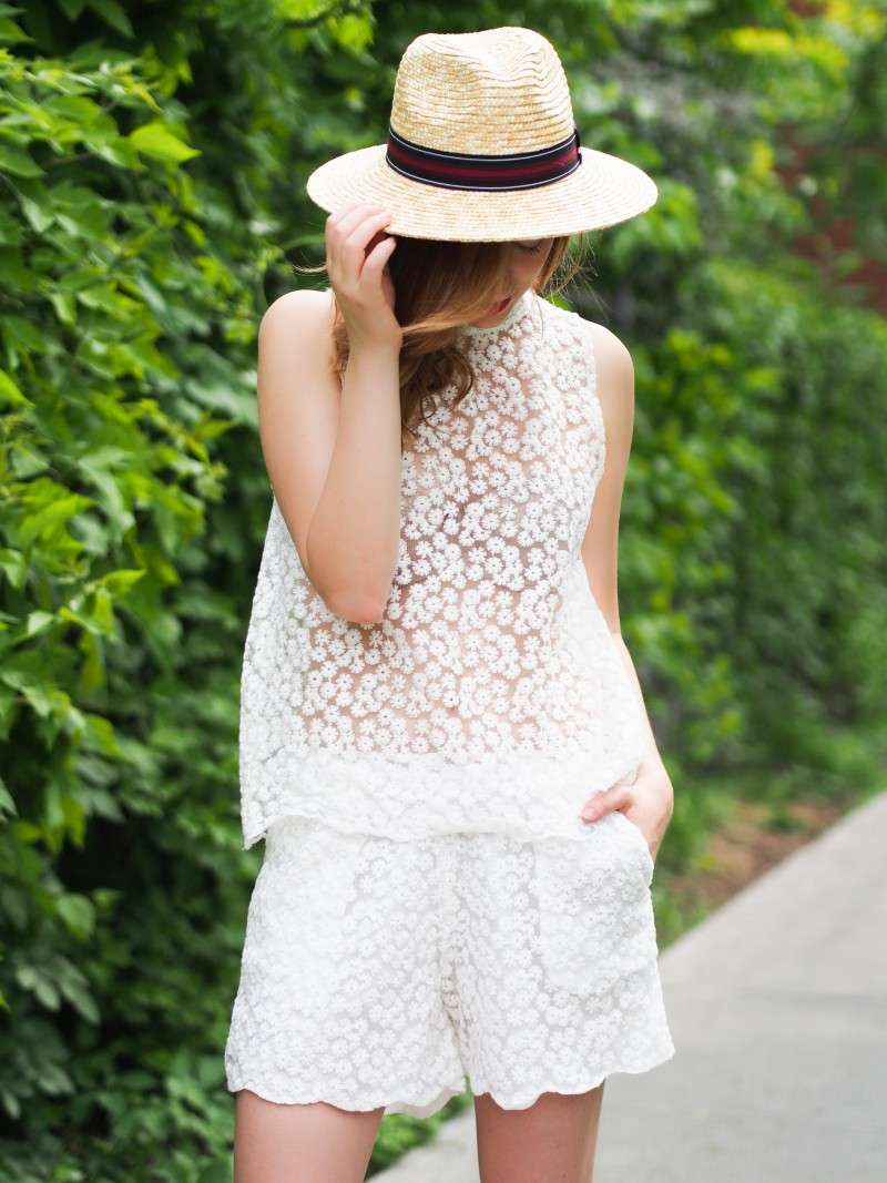 Straw hat and matching outfit on dentelleetfleurs.com