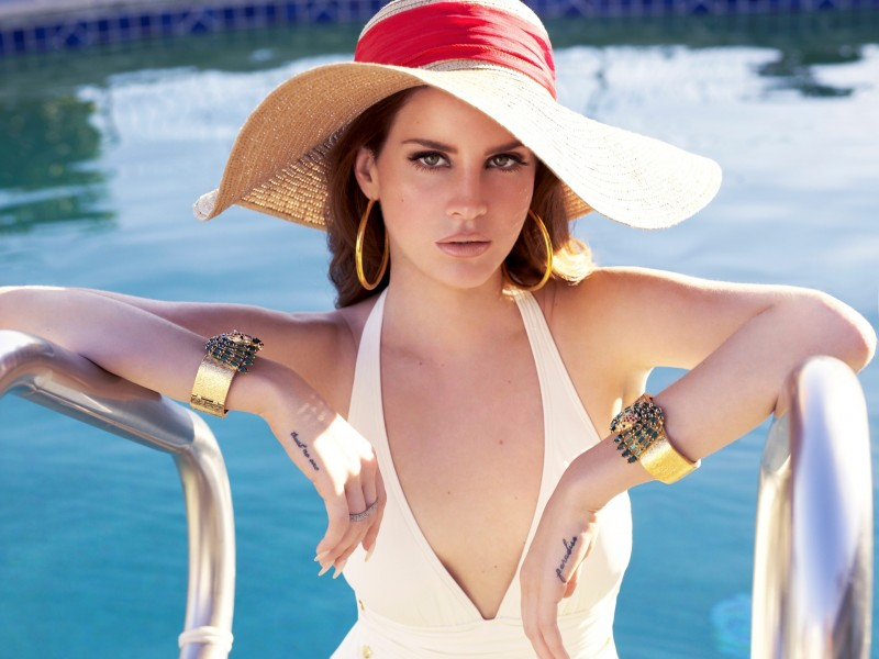 lana-del-rey-by-the-pool