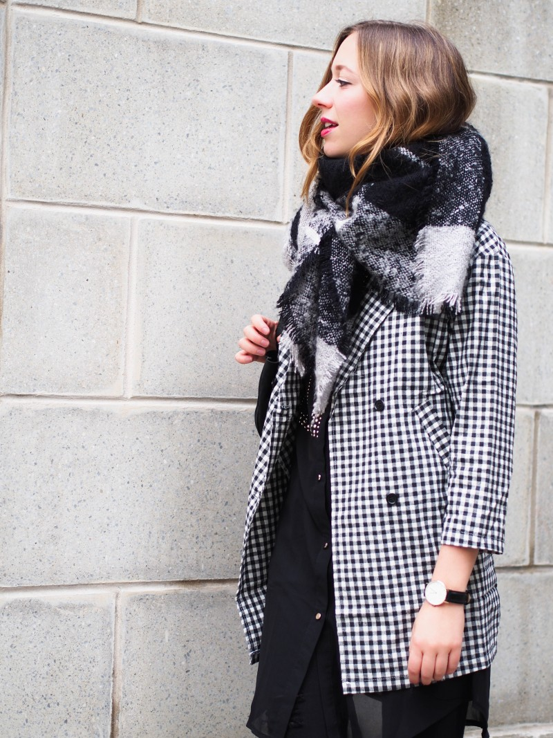 Checkered coat and scarf on dentelleetfleurs.com