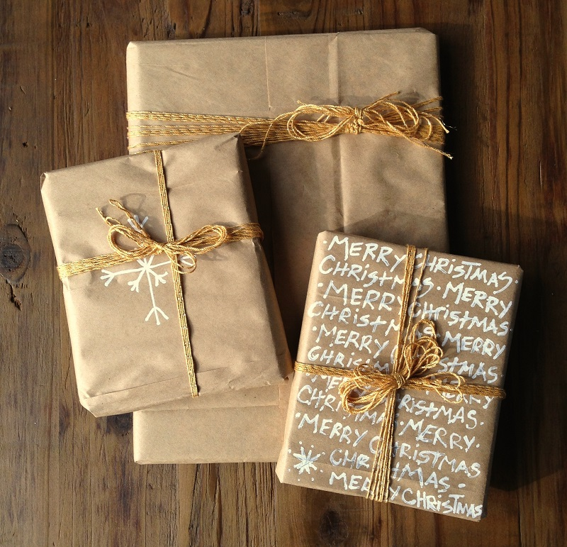 Wrap it up with brown paperdentelle fleurs for How to wrap presents with wrapping paper