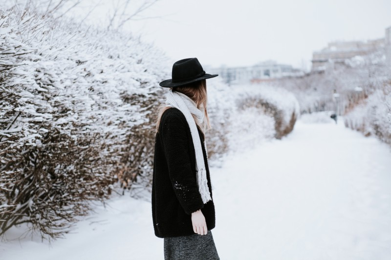 canadian fashion blogger snow outfit with hat