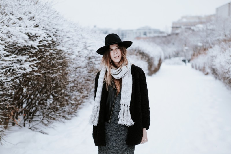 outfit post winter layering scarf on dentellefleurs