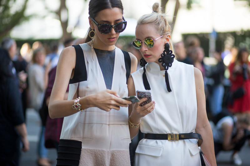 Milan-Fashion-Week-Spring-2016-Street-Style-phone