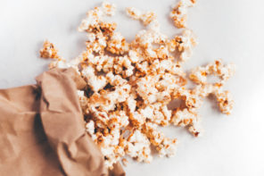 Sweet and salty pop corn with coconut, cinnamon and maple