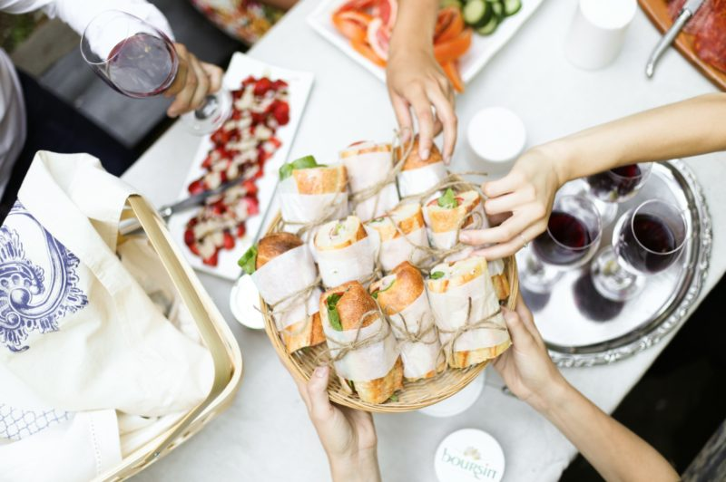 sandwiches for picnic with wine in tray piquenique