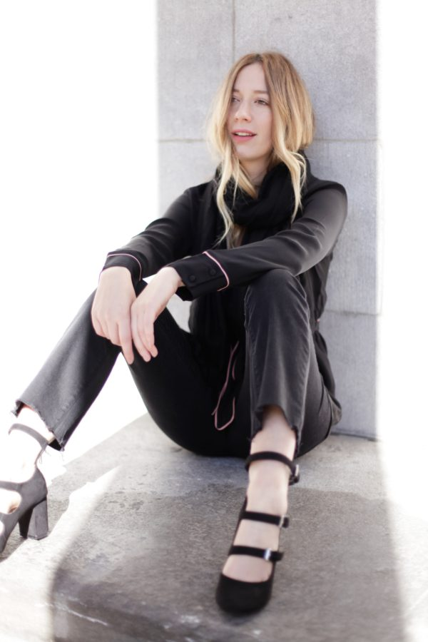 all-black-stripped-black-shoes-outfit